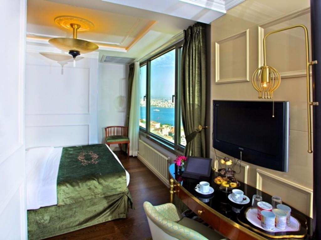 Corner Suit Room