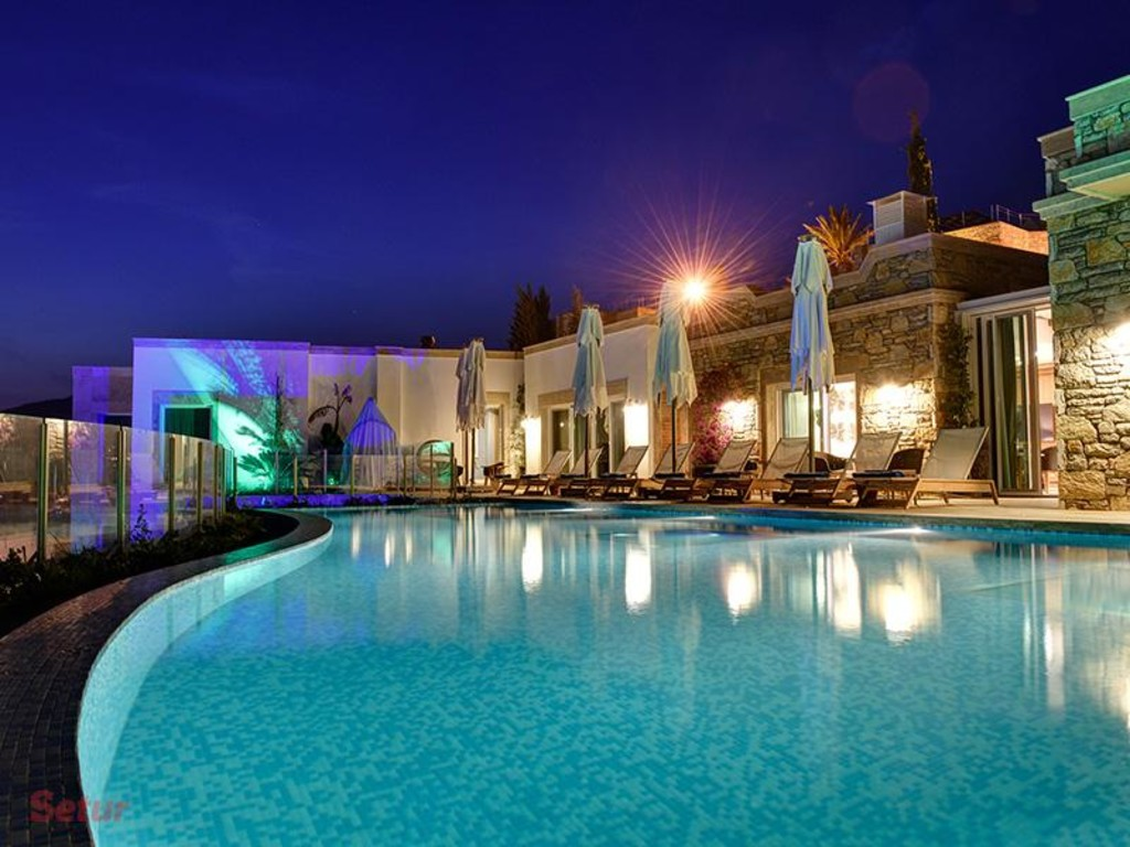 Front view pool - Regnum Escana Boutique Hotel